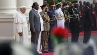 Papa Francis amewasili Jumatano mjini Nairobi, ambako amekaribishwa na Rais Uhuru Kenyatta.