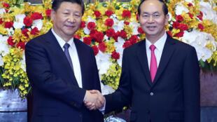 Le président chinois Xi Jinping et son homologue vietnamien Trần Đại Quang, le 13 novembre 2017 à Hanoï.
