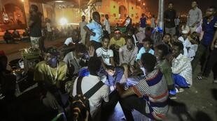 Le sit-in devant les locaux de l'armée à Khartoum se poursuit alors que les négociations ont repris, ce dimanche 19 mai 2019.