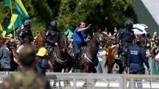 Le président brésilien Jair Bolsonaro, à cheval, lors d'un rassemblement de ses partisans, le 31 mai 2020, à Brasilia.