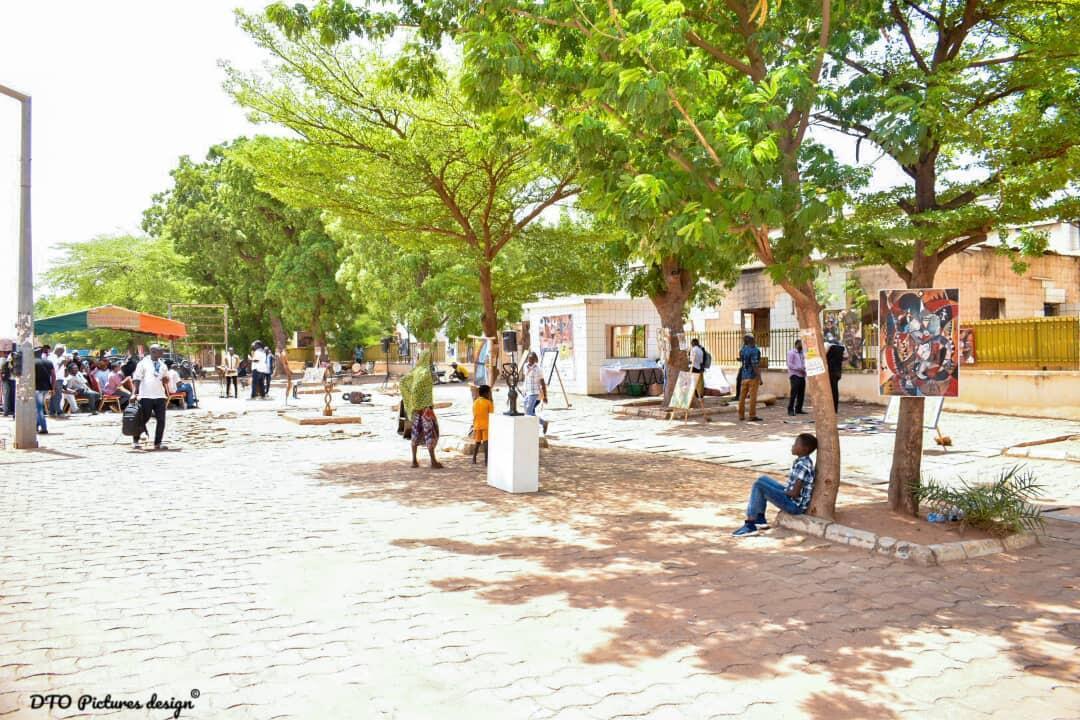 «Wekré», le marché des arts contemporains au Burkina Faso, du 1er au 6 juin 2021, à Ouagadougou. Ici, des œuvres exposées pendant la cérémonie d'ouverture devant l'ancienne Assemblée nationale du Burkina.