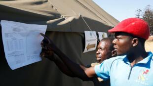 Des habitants d'un township de Harare regardent les résultats des élections générales dans leur quartier, au Zimbabwe, le 31 juillet 2018.