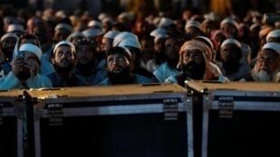 Les manifestants regardent les discours de leurs leaders diffusés sur écran géant, le 4 novembre 2019.