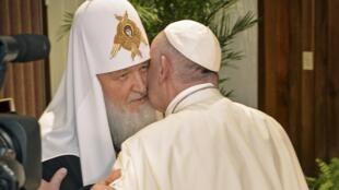 Un encuentro histórico en el aeropuerto de la Habana, en Cuba, entre el patriarca ruso Cirilo y el Papa Francisco el 12 de febrero del 2016.