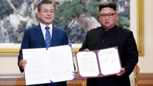 Le président sud-coréen Moon Jae-in (à gauche) et le dirigeant nord-coréen Kim Jong-un, ce mercredi 19 septembre 2018 à Pyongyang.