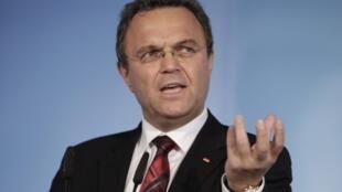 Ministro do Interior, Hans-Peter Friedrich, acha que proibição do partido neonazista poderia reforçá-lo.