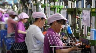 江西一家工廠內的工人正在製作數據線