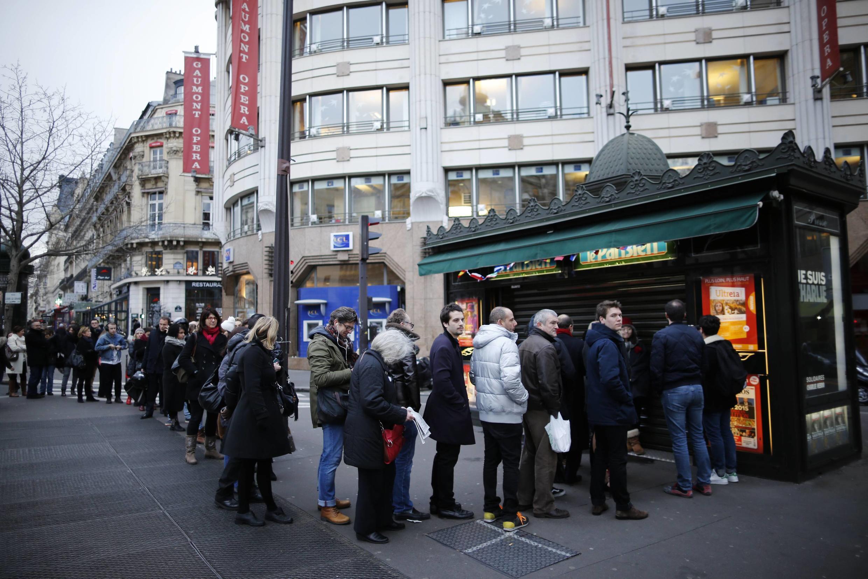 Os franceses fizeram fila desde cedo, antes da abertura das bancas, para comprar Charlie Hebdo.
