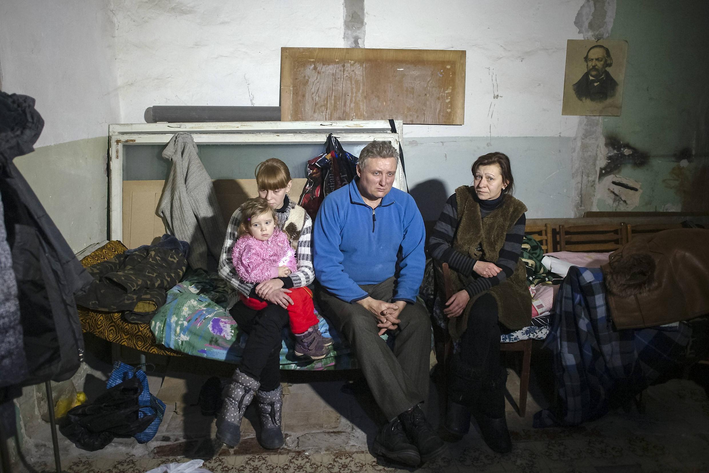 Des habitants de Debaltsevo dans un abri, le 30 janvier 2015. Les bombardements de ces derniers jours ont fait de nombreuses victimes civiles dans la régionde Donetsk