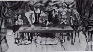 """Imagen en blanco y negro de la pintura """"La mesa herida"""", que Frida Kahlo creó para la Exposición Internacional de Surrealismo, organizada en 1949 en México."""
