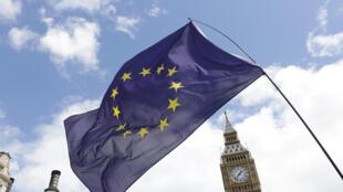 伦敦大笨钟前飘扬的欧盟旗帜。摄于2016年7月2日。