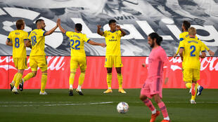 Los futbolistas del Cádiz celebran el gol del hondureño Anthony Lozano (4izq) en campo del Real Madrid en la victoria 1-0 por la liga española el 17 de octubre de 2020