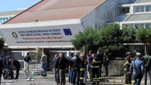 Entrada da escola em Brindisi, alvo de um ataque que matou uma jovem de 16 anos.