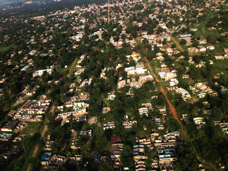 Survol des quartiers dévastés de Bangui.