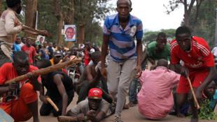 Wanafunzi vijanawakikabilia na polisi kwa kuiga ngome za waasi katika Chuo Kikuu cha Makerere, Februari 15, 2016.