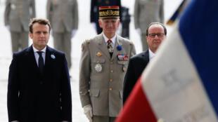 Emmanuel Macron pamoja na François Hollande wakati wa maadhimisho ya Mei 8 mjini Paris.
