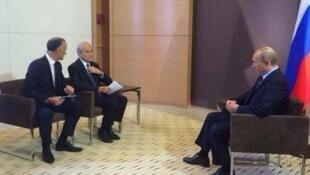 Жан-Пьер Элькаббаш во время интервью с Владимиром Путиным на радиостанции Europe1 04/06/2014