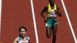 La Malienne Djénébou Danté (à droite) en séries du 400 mètres, aux Championnats du monde d'athlétisme 2017