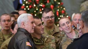 Le vice-président américain Mike Pence pose avec des soldats sur la base de Bagram, en Afghanistan, le 21 décembre 2017.