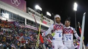 Martin Fourcade (G) et Jean-Guillaume Beatrix (D) ont décroché les deux premières médailles françaises aux JO d'hiver 2014 de Sotchi, le lundi 10 février 2014.