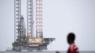 Photo d'illustration prise le 19 janvier 2017 montre une plate-forme pétrolière en mer, au large de la côte de Port-Gentil, au Gabon.
