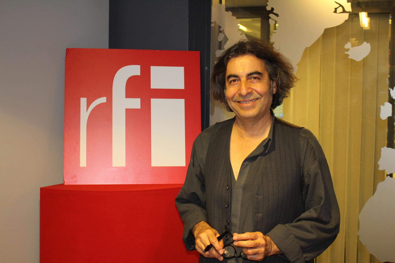 محمود شکراللهی در استودیو بخش فارسی رادیو بینالمللی فرانسه