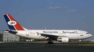 Un Airbus A-310 de Yemenia Airways à l'aéroport Charles-de-Gaulle en 2002.