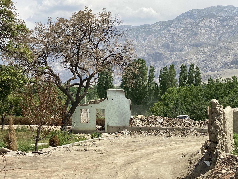 Разрушенные дома в селе Кок-Терек. Баткенская область Кыргызстана, май 2021 г.