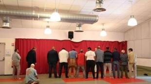 شهرداری شهر بایون، پس از حمله به مسجد این شهر سالنی را در اختیار جامعه مسلمانان بایون برای ادای نماز قرار داده است. سهشنبه ٧ آبان/ ٢٩ اکتبر ٢٠۱٩