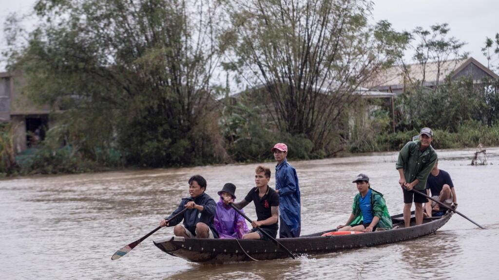 Việt Nam : Miền Trung liên tiếp hứng chịu bão lũ
