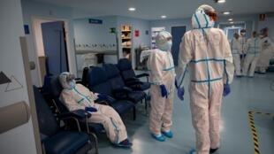 Trabajadores sanitarios en la Unidad de Cuidados Intensivos del hospital universitario Severo Ochoa en Leganés, cerca de Madrid en España, el 16 de octubre de 2020