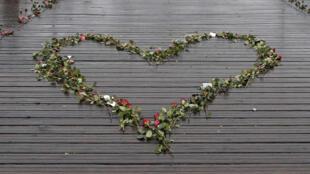 Hoa hồng trên Cầu Nghệ thuật (Pont des Arts) nhân mùa Valentine ở Paris.