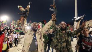 Libia: escenas de alegría en la Plaza de los Mártires de Trípoli  luego del anuncio de la captura y la muerte de Kadafi, el 20 de octubre de 2011.