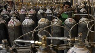 Одной из проблем в Индии является нехватка кислородных баллонов
