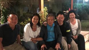 El expresidente peruano Alberto Fujimori junto a su hija Keiko y su hijo Kenji, además de dos familiares no identificados, el 4 de enero de 2018 en Lima.
