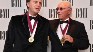 Tác giả Jacques Revaux và con trai Claude François nhận giải thưởng của Hiệp hội tác quyền Mỹ BMI tại Luân Đôn vào năm 2013