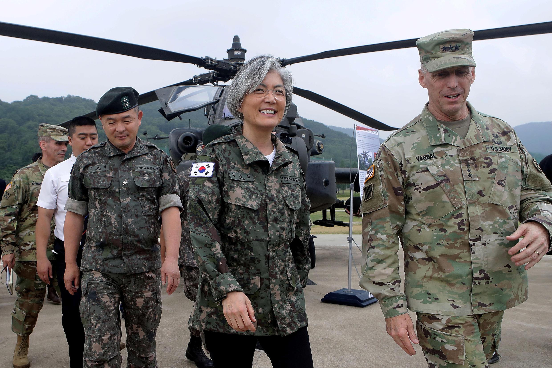 Bộ trưởng Ngoại Giao Hàn Quốc Kang Kyung-wha (người thứ hai) thăm một đơn vị hỗn hợp Mỹ - Hàn, cùng với tư lệnh lực lượng Mỹ tại Hàn Quốc, tướng Thomas Vandal (đi đầu), Uijeongbu, Hàn Quốc, 25/06/2017