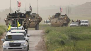 Chiến binh Kurdistan thuộc tổ chức YPG (Các đơn vị bảo vệ nhân dân) mở đường cho đoàn xe quân sự Mỹ tại thành phố Darbasiya, gần biên giới Syria-Thổ Nhĩ Kỳ, 28/04/2017