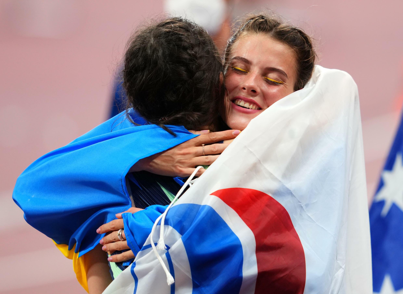 女子跳高铜牌得主马胡齐克(右)拥抱夺金的俄奥委会代表团运动员拉锡茨肯涅。摄于8月7日赛后。
