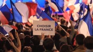 En un mitin de Marine Le Pen: 'Elegir a Francia'.
