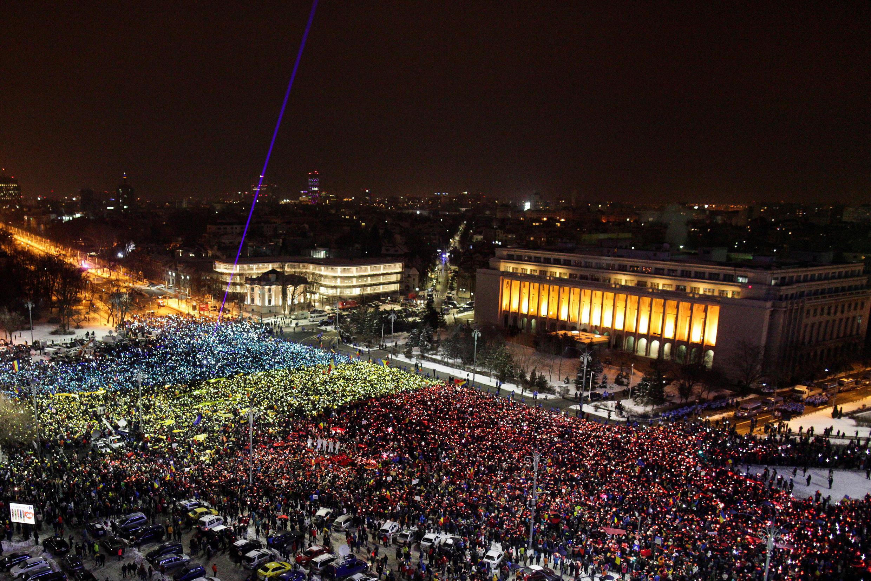 12 février 2017: les manifestants ont formé devant le siège du gouvernement à Bucarest un drapeau roumain géant illuminé par leurs téléphones portables pour réclamer la démission du gouvernement.