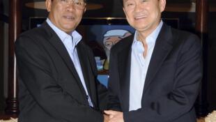 L'ex-Premier ministre  thaïlandais Thaksin Shinawatra (d), recherché par la justice, en compagnie de l'homme fort du Cambodge Hun  Sen, le 10 novembre 2009.
