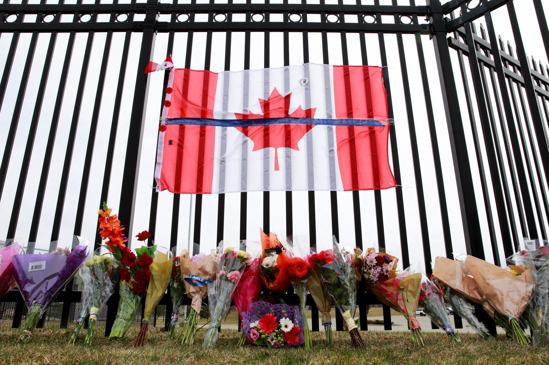 Un mémorial en l'hommage d'Heidi Stevenson, une policière tuée dans le massacre, à Dartmouth, en Nouvelle-Ecosse, le 20 avril 2020.