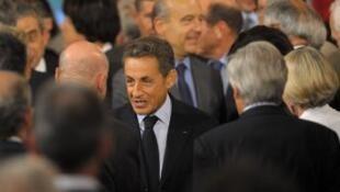 ប្រធានាធិបតីបារាំងលោក Nicolas Sarkozy និងរដ្ឋមន្រ្តីការបរទេសលោកAlain Juppéចាកចេញពីសន្និសីទប្រជុំមន្រ្តីទូត ក្នុងទីក្រុងប៉ារីសថ្ងៃទី ៣១ សីហា ២០១១