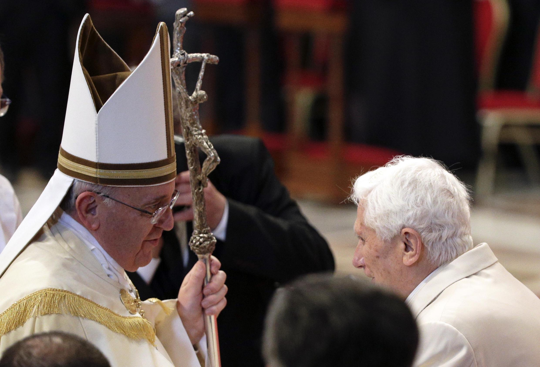 Papa Francisco cumprimenta papa emérito Bento 16 durante Consistório no Vaticano, neste sábado, 22 de fevereiro.
