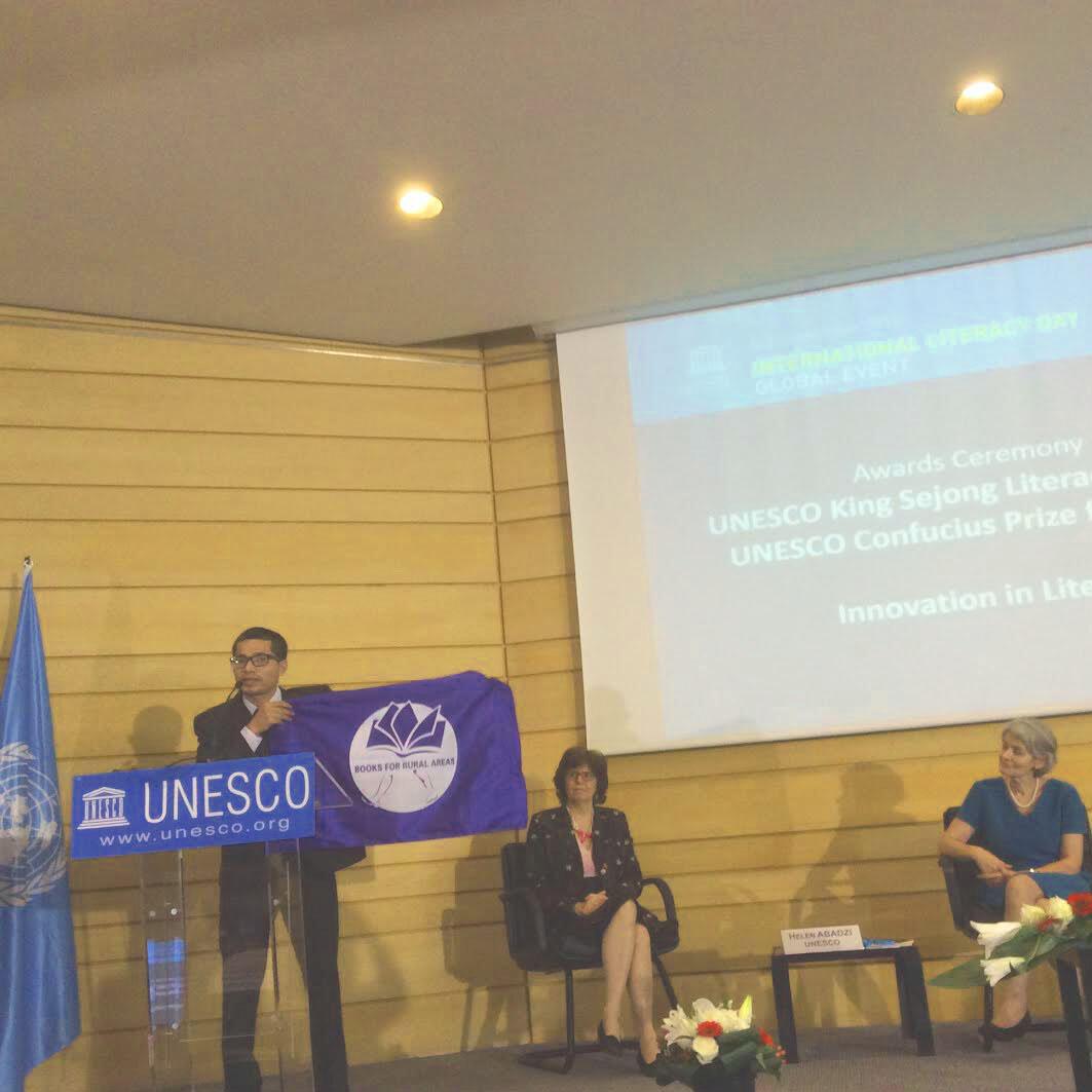 """Ông Nguyễn Quang Thạch giới thiệu chương trình """"Sách Hóa Nông Thôn"""" tại UNESCO, Paris, ngày 08/09/2016."""