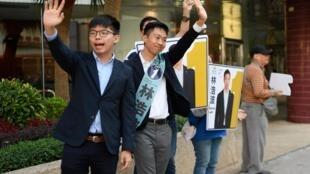 学生领袖黄之锋为泛民主派候选人林浩波参加香港区选举拉票