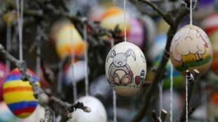 Na região leste da França, na Alsácia, ovos de páscoa são pendurados nas árvores
