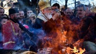 Les croyants orthodoxes du Monténégro célébrant leur réveillon de Noël le 6 janvier 2020.