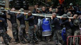 Thái Lan : lính đưa máy bom nước vào động Tham Luang. Ảnh 06/07/2018.